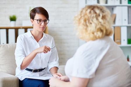 Modern psycholoog consulting vrouw met overgewicht