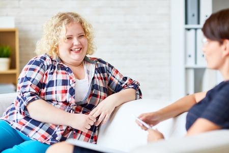 Glückliche Frau mit Übergewicht Blick auf Psychologe Standard-Bild - 63745807
