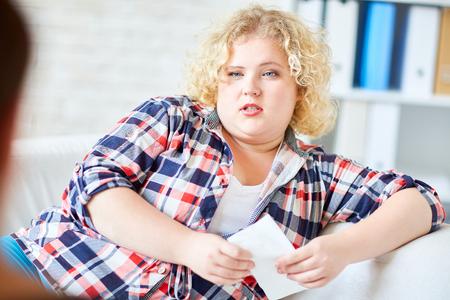 gente adulta: Blonde joven con sobrepeso compartir su problema con el psicólogo Foto de archivo