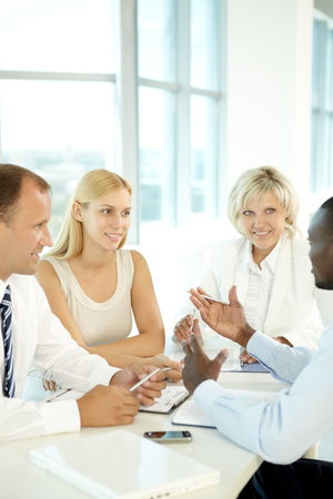 gente comunicandose: La gente de negocios se comunican entre sí