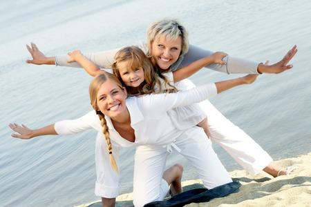 mujer hijos: feliz abuela, madre e hija