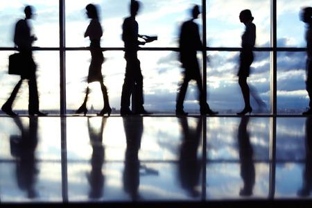 personas trabajando en oficina: Siluetas de personas que trabajan en la oficina