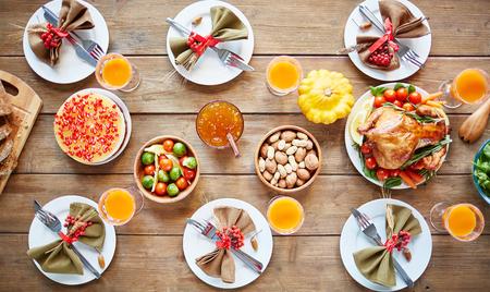 野菜、ロースト チキン、うまくまとまった表に自家製デザートと素朴な食事 写真素材