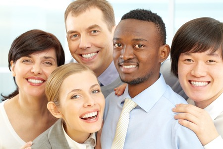 Grupo de hombres de negocios sonriendo y mirando a la cámara