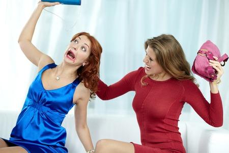 venganza: Mujer loca desgarro cabellos de su novia y golpeándola Foto de archivo