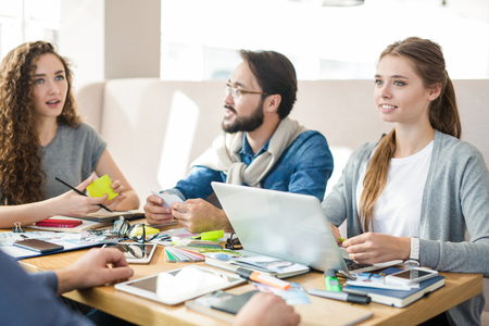 pensamiento creativo: Young creative designers thinking of fresh ideas