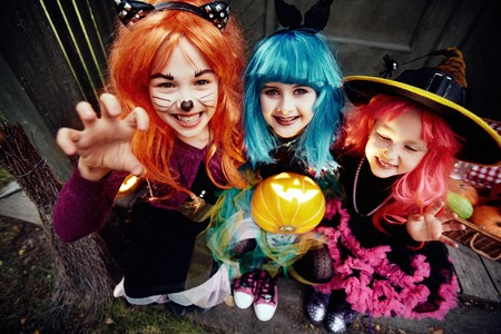 jack'o'lantern: Frightening girls in wigs with jack-o-lantern