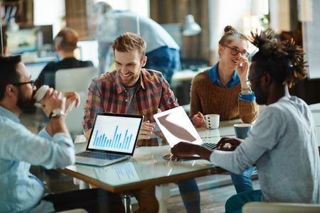 Gelukkig ondernemers bespreken financiële grafiek op de werkplek
