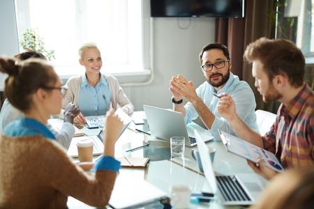 Mensen uit het bedrijfsleven het analyseren van financiële verhoging bij vergadering