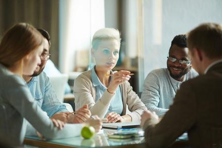 Jonge witte kraag werknemer of deskundige onderwijs collega's op seminar