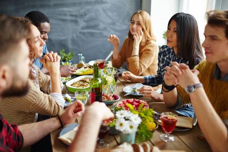 추수 감사절 저녁 식사를하는 이교도 친구 그룹 스톡 콘텐츠