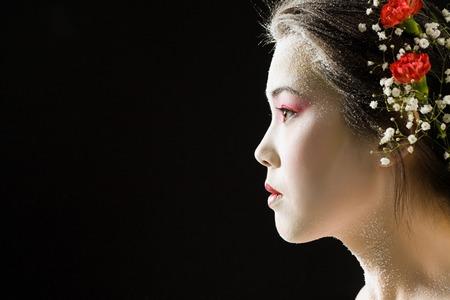 黒の背景に日本女性のプロフィール