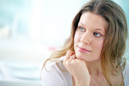 mujer pensativa: Retrato de mujer joven y hermosa pensativa