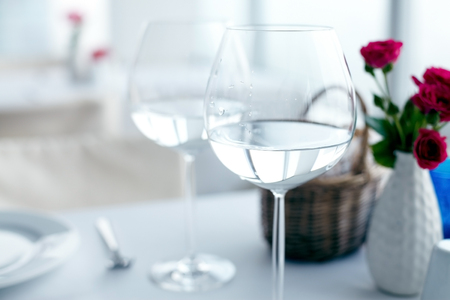 vasos de agua: Close-up of elegant wine glasses with water on table