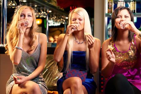 3 人の少女にウォッカを飲んでバー