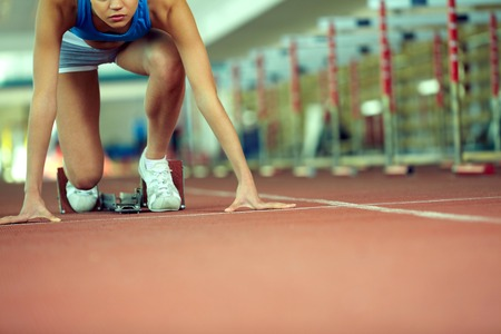mujer deportista: Female athlete at stadium starting to run