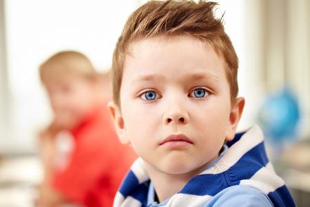 niños estudiando: Retrato de un pequeño colegial lindo mirando la cámara