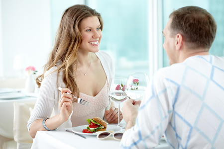 femme romantique: Deux valentines heureux assis dans le café et profiter les uns des autres