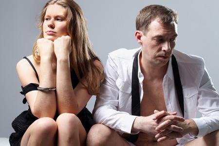 Ehegatten sitzt miteinander auf dem Bett beleidigt Standard-Bild - 64024171