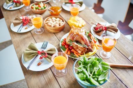 休日テーブルの上の野菜とロースト チキン