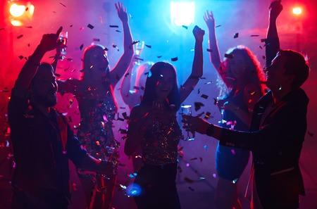 Persone estatiche che hanno festa in discoteca