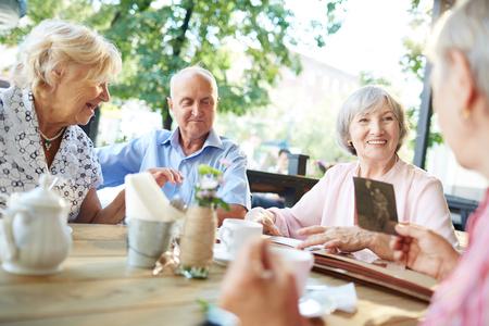 señora mayor: Lugar de reunión de los altos hombre y la mujer en el café