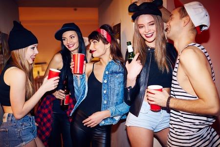 Cool studenten opknoping uit bier drinken en praten in de gang van het grote woonhuis op swag party Stockfoto - 65133672