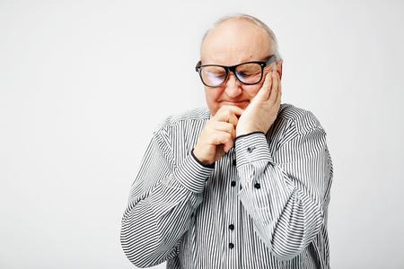 recordar: hombre mayor que intenta recordar algo Foto de archivo