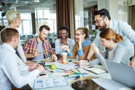 Creatieve mensen dsicussing nieuwe ideeën en data op briefing
