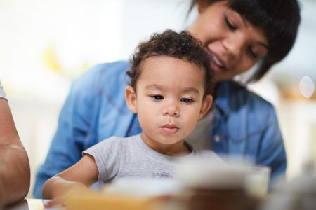 彼の母親の背景かわいい幼児 写真素材