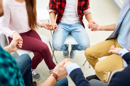 terapia psicologica: Los jóvenes que llevan a cabo por las manos en curso de la terapia psicológica