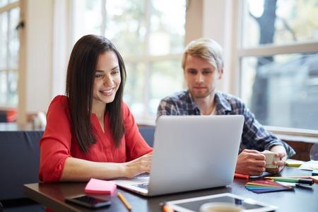 persona feliz: joven y la mujer hablar con los amigos a través de chat de vídeo a la rotura