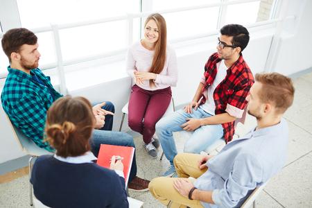 Begeleiding groep luistert naar de jonge man