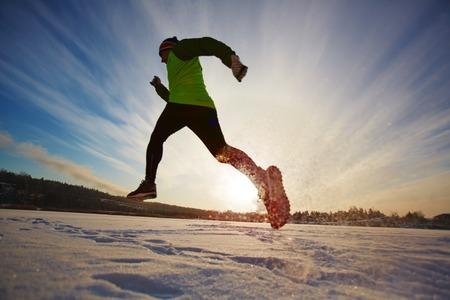 Jonge man zijn dagen met hardlopen te beginnen