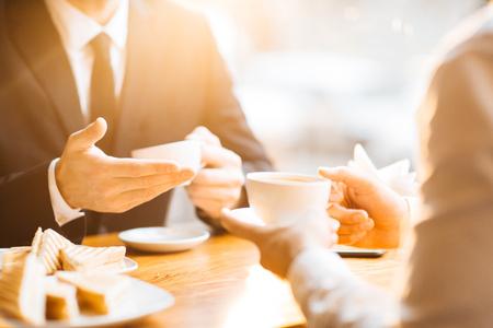 Main humaine avec des boissons pendant le déjeuner Banque d'images - 67428946