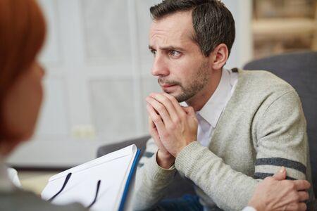 Benadrukt man een bezoek aan psycholoog en het delen van zijn problemen Stockfoto