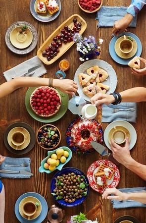 焼きたてのパンや友人の夕食時に提供のテーブルの上の果物