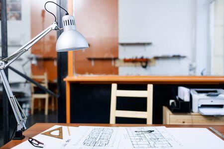 bocetos de personas: Lugar de trabajo del ingeniero en oficina vacía Foto de archivo
