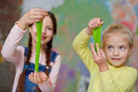 Kleine Mädchen ziehen Schleim zwischen Palmen Lizenzfreie Bilder