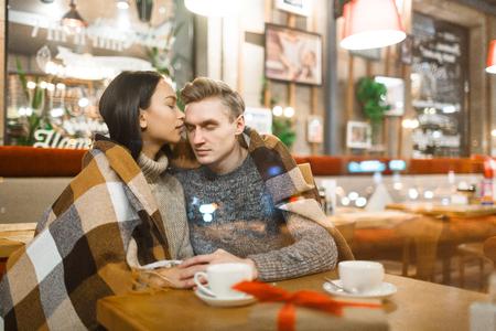 relaciones sexuales: fechas amorosas que tienen el placer de relajarse en la cafetería