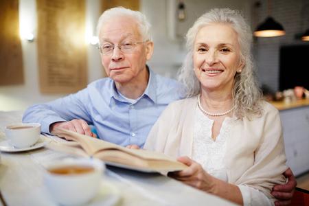 marido y mujer: La lectura en el café Foto de archivo
