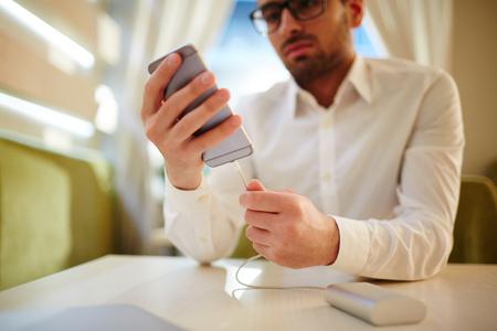 Witte boorden werker met Smartphone