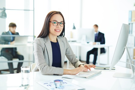 Asiatische Geschäftsfrau Typing Standard-Bild - 72880316