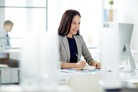 Zuversichtlich Geschäftsfrau am Arbeitsplatz