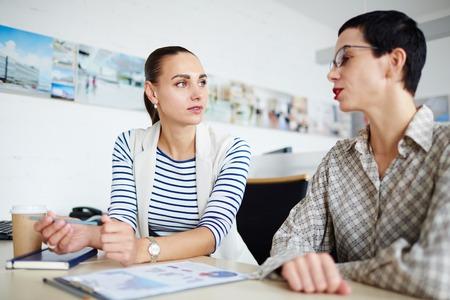 Zwei Geschäftsfrauen, Reden