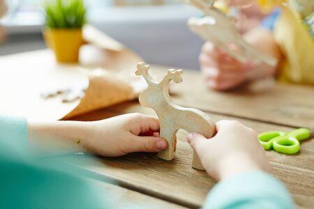 juguetes de madera: Little hands holding wooden toy