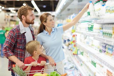 スーパー マーケットでの素敵な若い家族