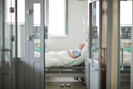 persona triste: Paciente anciano en el hospital