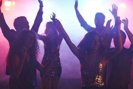 gente bailando: Jóvenes disfrutando de la vida nocturna