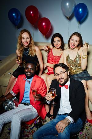 personas reunidas: Amigos con copas de champán